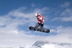 Das Snowboarderspringen Stockfotografie