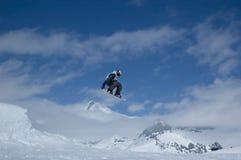 Das Snowboarderspringen Lizenzfreie Stockfotos