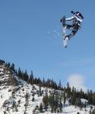Das Snowboarderspringen Lizenzfreie Stockbilder