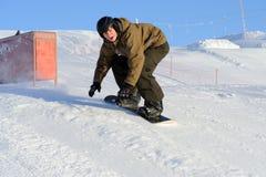 Das Snowboarderspringen stockfoto