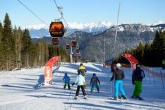 Das snowpark, die Skifahrer und die Kabelbahn in Jasna Low Tatras Stockbilder