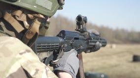 Das Soldat-Shoots At The-Ziel Militärmission von 120 fps stock video footage