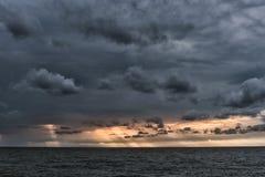 Das Sonne ` s strahlt das Überschreiten durch die Sturmwolken über das Meer aus Liepaja, Lettland stockfotos
