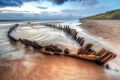 Das Sonnenstrahlschiffswrack auf dem Strand Stockfotos