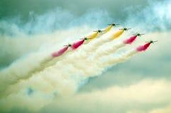 Das spanische Aerobatic Team, das Rauch macht lizenzfreie stockfotos