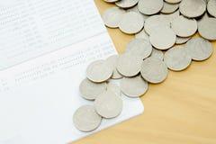 Das Sparbuch und die Münzen stockfoto