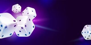 Das Spiel mit fünf Weiß würfelt Spielender Poker Lizenzfreie Stockbilder