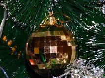 Das Spiel von Farben auf der Weihnachtsdekoration Stockbild