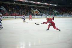 Das Spiel zwischen Hockey schlägt Avtomobilist Jekaterinburg und Amur Chabarowsk 27/09/2014 mit einer Keule Lizenzfreie Stockbilder