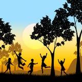 Das Spielen des Baums stellt Kinderknaben und -kindheit dar Stockfotografie