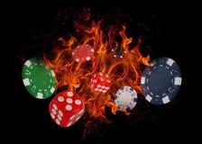 Das Spielen würfelt und die Kasinochips auf Feuer Spieler des Schürhakenkonzeptes? A mit doppelten Assen? Lizenzfreies Stockfoto