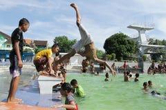 Das spielende Wasser der Kinder Lizenzfreies Stockfoto