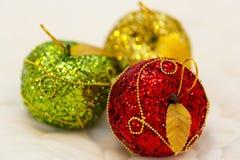 Das Spielzeug rot, grüne, gelbe Äpfel Lizenzfreie Stockfotografie