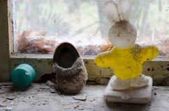 Das Spielzeug und die Schuhe der Kinder auf Fensterbrett in verlassenem Kindergarten in zerstörtem Dorf Kopachi Tschornobyl der N stockfotos