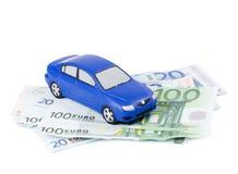 Das Spielzeugauto für die Eurobanknoten lokalisiert Lizenzfreies Stockfoto