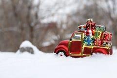 Das Spielzeugauto mit Geschenken Lizenzfreies Stockfoto