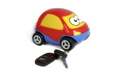 Das Spielzeugauto mit Tasten und einem Charme Lizenzfreie Stockfotografie