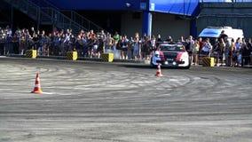 Das Sportauto treibt in der Zeitlupe Stockfotos
