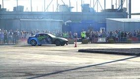 Das Sportauto treibt in der Zeitlupe Lizenzfreie Stockfotografie