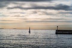 Das Sportboot außerhalb des Hafens Lizenzfreie Stockfotografie