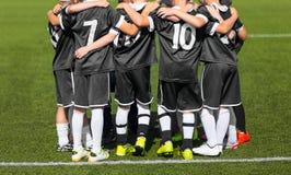 Das Sportfußballteam mit Trainer; Gruppenfoto; Kindersportverein Stockfotografie