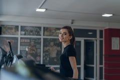 Das Sportmädchen auf einer Tretmühle Stockfoto