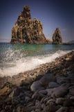 Das Spritzen bewegt an der Felsenküstenlinie von Madeira wellenartig Stockbilder