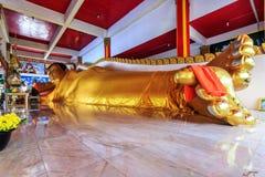 Das Stützen golen Buddha-Statue in Wat Koh Sirey stockbilder