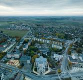 Das Stadtbild von Joniskis, Litauen während des Frühherbstmorgens lizenzfreie stockfotos