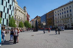Das Stadtzentrum Brno am 30. April 2016 AUGUST 2013: Einheimische, die Gemüse an Straßenlebensmittel Markt in Brno kaufen Stockfotos