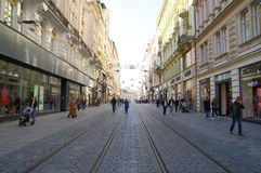 Das Stadtzentrum Brno am 30. April 2016 AUGUST 2013: Einheimische, die Gemüse an Straßenlebensmittel Markt in Brno kaufen Lizenzfreie Stockbilder