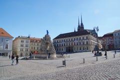 Das Stadtzentrum Brno am 30. April 2016 AUGUST 2013: Einheimische, die Gemüse an Straßenlebensmittel Markt in Brno kaufen Lizenzfreies Stockfoto