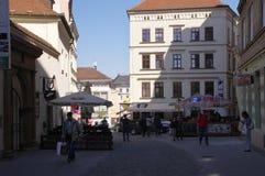 Das Stadtzentrum Brno am 30. April 2016 AUGUST 2013: Einheimische, die Gemüse an Straßenlebensmittel Markt in Brno kaufen Stockfotografie