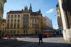 Das Stadtzentrum Brno am 30. April 2016 AUGUST 2013: Einheimische, die Gemüse an Straßenlebensmittel Markt in Brno kaufen Stockbilder
