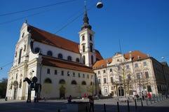 Das Stadtzentrum Brno am 30. April 2016 AUGUST 2013: Einheimische, die Gemüse an Straßenlebensmittel Markt in Brno kaufen Lizenzfreie Stockfotos