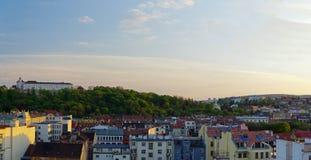 Das Stadtzentrum Brno am 30. April 2016 AUGUST 2013: Einheimische, die Gemüse an Straßenlebensmittel Markt in Brno kaufen Lizenzfreie Stockfotografie