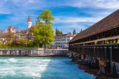 Das Stadtzentrum von Thun, die Schweiz mit altem bedecktem hölzernem Br Stockfotos