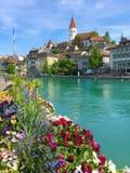 Das Stadtzentrum von Thun, die Schweiz mit der Ansicht der Stadt-Kirche Stockfotografie
