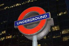 Das Stations-Zeichen Londons Undergound nachts Lizenzfreies Stockfoto