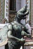 Das Statuenmärchentier des thailändischen Buddhisten in der Tempelwand Stockfoto