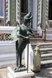 Das Statuenmärchentier des thailändischen Buddhisten in der Tempelwand Stockfotografie
