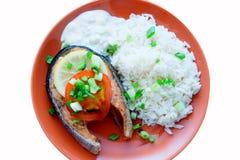 Das Steak des Lachses kochte mit Tomate, Reis, Zwiebel und Zitrone Lizenzfreies Stockbild