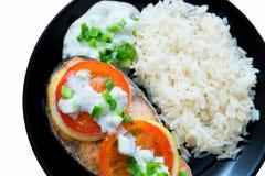 Das Steak des Lachses kochte mit Tomate, Reis, Zwiebel und Zitrone Lizenzfreie Stockfotos