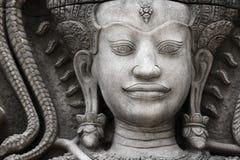 Das Steingesicht des Khmerkönigs auf der Wand des Tempels, Lizenzfreies Stockfoto