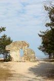 Das Steinmonument, das an der Küste in Lettland steht Stockfotos