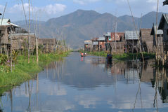 Das Stelzedorf von Maing Thauk auf See Inle Stockfotos