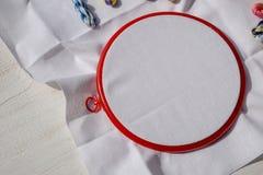 Das Stickereiband mit Segeltuch und hellen Nähgarnen lizenzfreies stockbild