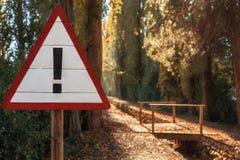Das Stoppschild im Herbstpark Lizenzfreie Stockfotos