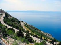 Das Straße-Serpentinen in Kroatien Stockbild
