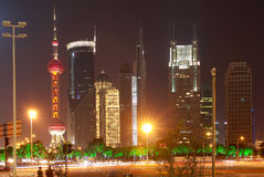 Das Straßenbild der Jahrhundertallee in Shanghai, China. Stockfotos